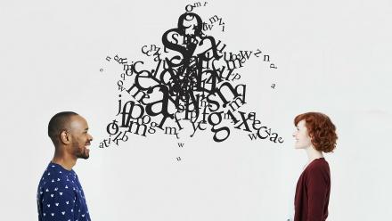 الإستراتجيات المستخدمة في تطوير مهارتي الإستماع والتحدث